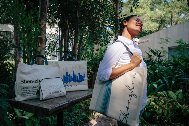 founder of Bolsa & Sacoche shows off canvas totes